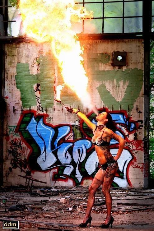 Feuerspuckerin Jenny für Hamburg